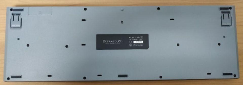 エレコム tk-fdm088tbkのデザイン 角度を下げても固定される「背面」