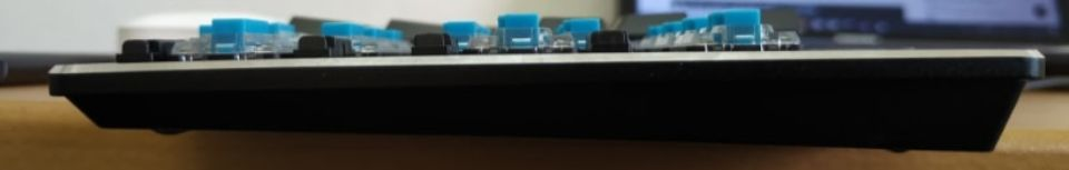 Havit メカニカルキーボード「HV KB395L JP」の薄さ