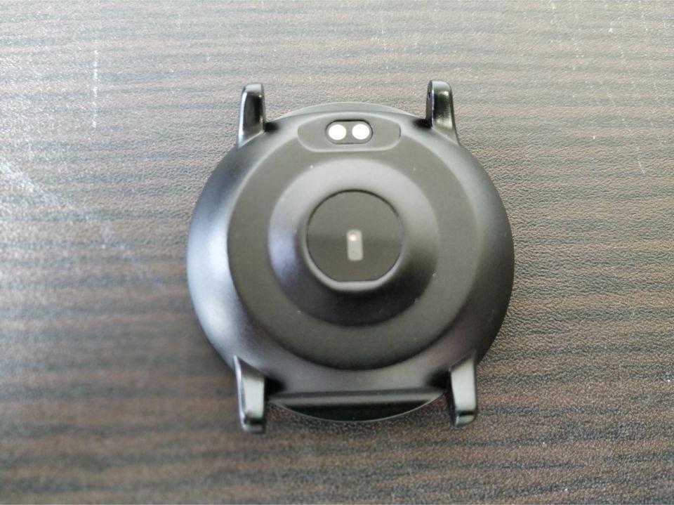 「UMIDIGIU Uwatch 2」マグネット式の充電部分がある「背面」