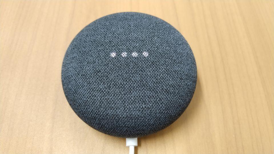 「Google Nest mini」 質感の高いファブリックカバーの「本体」