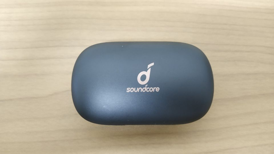 Anker「Soundcore Life P2」丸と曲線を多用した「充電ケース」