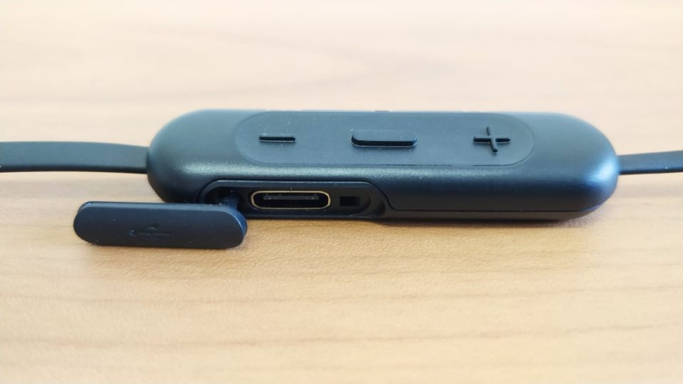SONY「WI-C310」の「コントローラー&充電部」