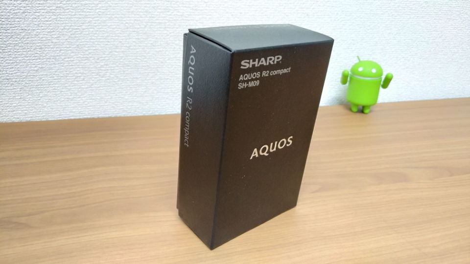 SHARP「AQUOS R2 Compact」の外箱