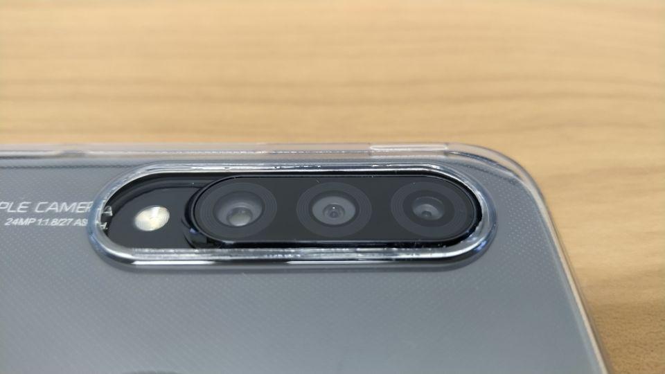 「HUAWEI P30 Lite」のケースを付けると段差のなくなる「リアカメラ」