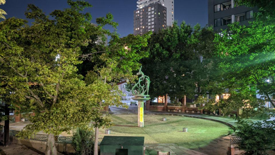 「Google Pixel 4a」の夜景モードの噴水
