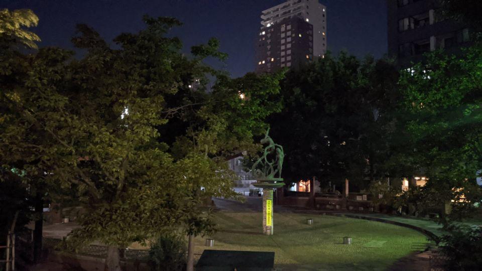「Google Pixel 4a」の夜景の標準で噴水