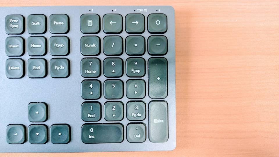 「SEENDAワイヤレスキーボード」のキートップと10キー