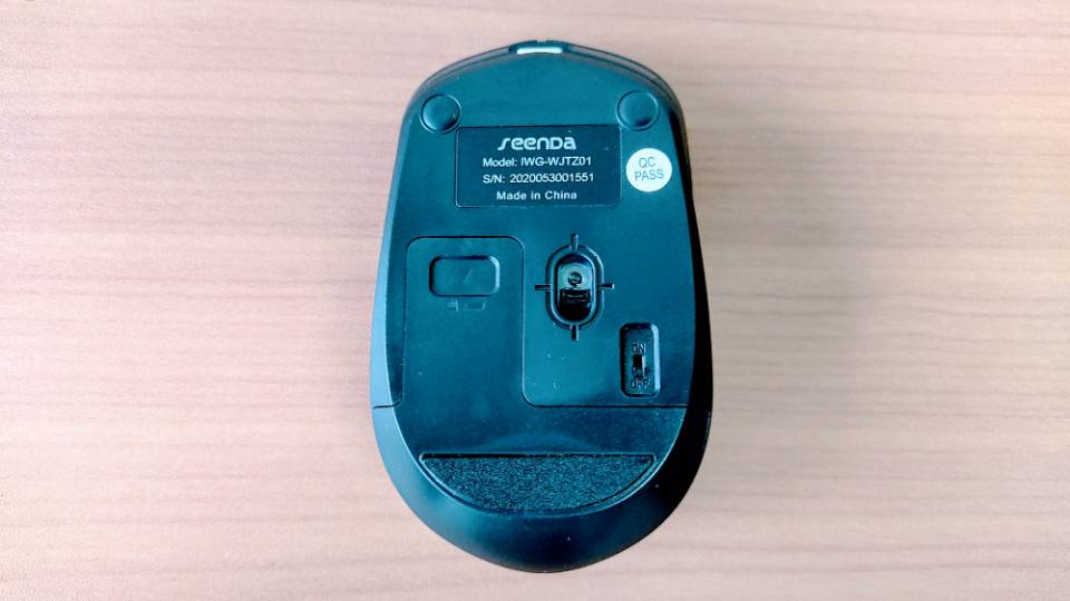「SEENDAワイヤレスキーボード」のマウス背面
