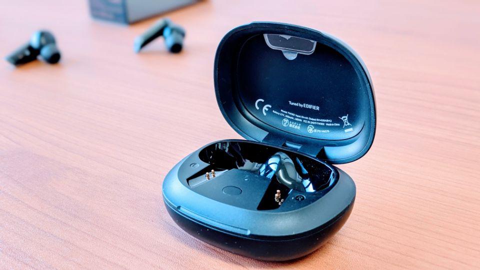 「EarFun Air Pro」の充電ケース開閉